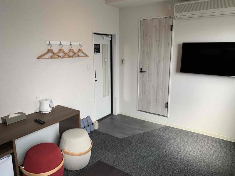 広々としたお部屋にデスク横コンセント付き、ミニテーブルもあります。 - どやねんホテルズ バクロ レンタルスペース type Aの室内の写真