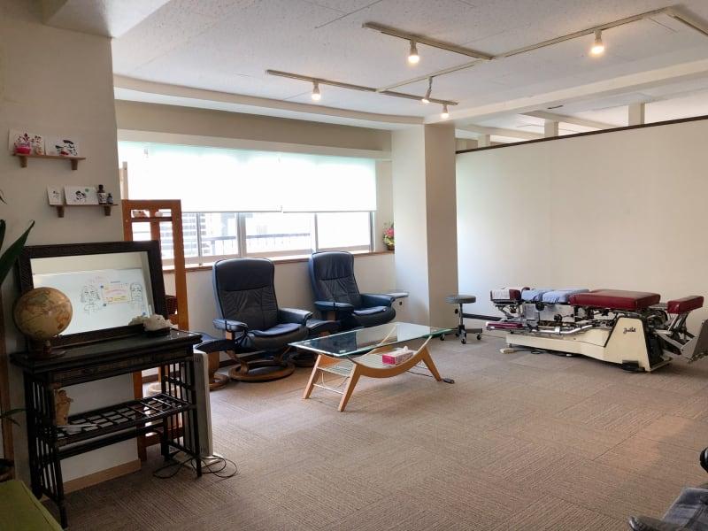 日当たりがよく広々した待合室  - レンタルサロンあおば レンタルサロンの室内の写真