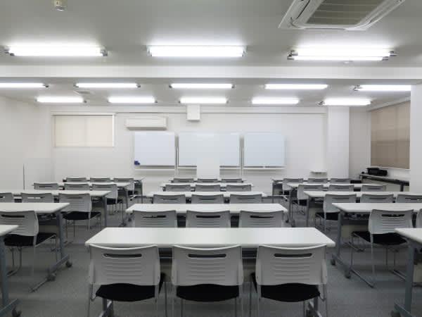 セミナースクール形式45名 - レンタルスペース  パズル浅草橋 セミナールーム・貸し会議室3Bの室内の写真