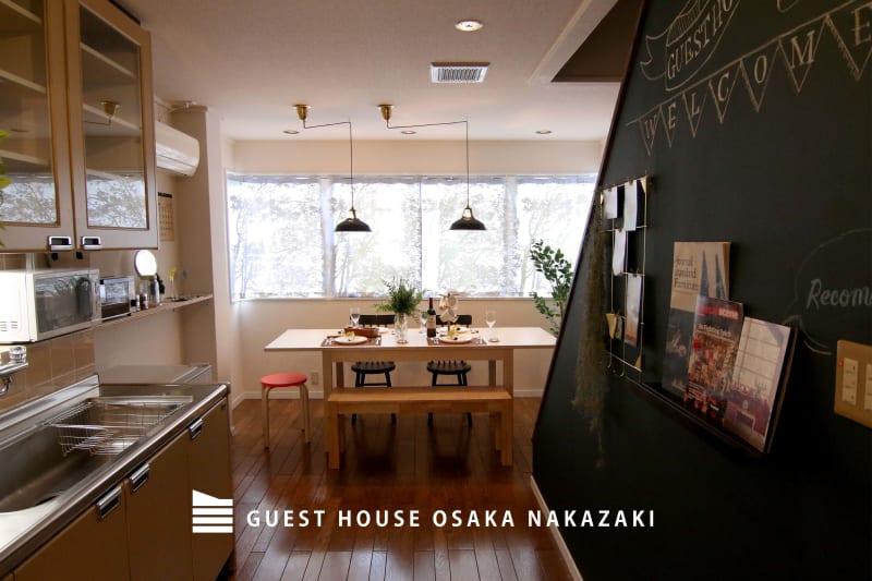2Fのメインダイニングキッチンのスペース。チョークで書ける黒板壁には自由に装飾し - 【GHON】便利な立地の戸建貸切 戸建て貸切 #201の室内の写真
