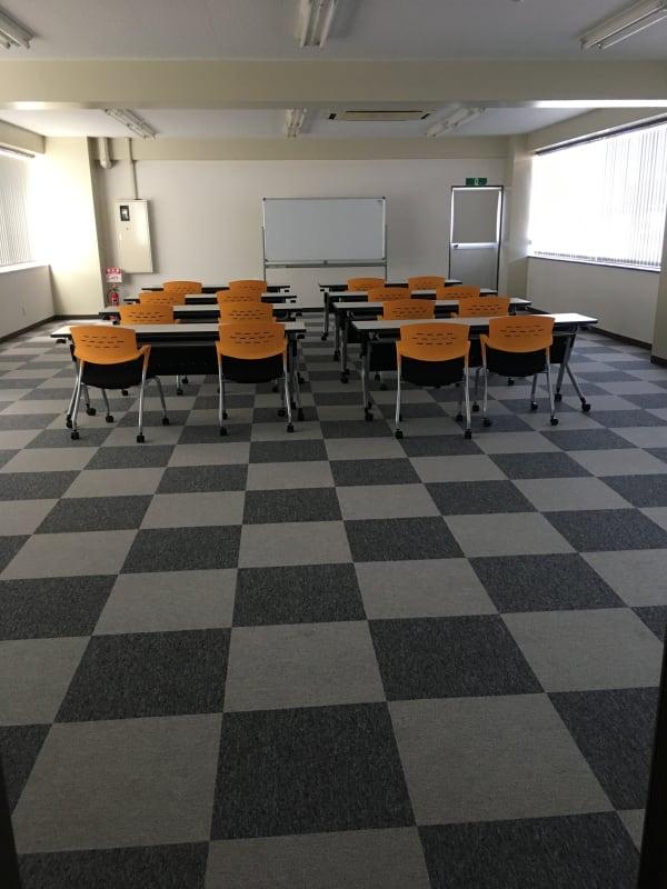 16席のレイアウト。机がなければ最大60椅子が可能。96㎡あります。 - フマニタスビルレンタルスペース 3階・多目的会議室フロアの室内の写真