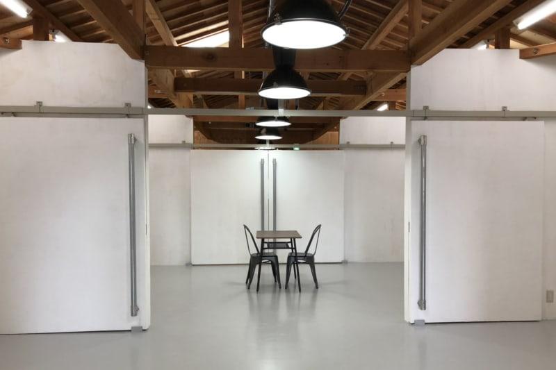 白くてシンプルな壁が印象的な空間です。天井の梁がむき出しになっています。 - アトリエSubaru ギャラリーフロア(多目的な用途)の室内の写真
