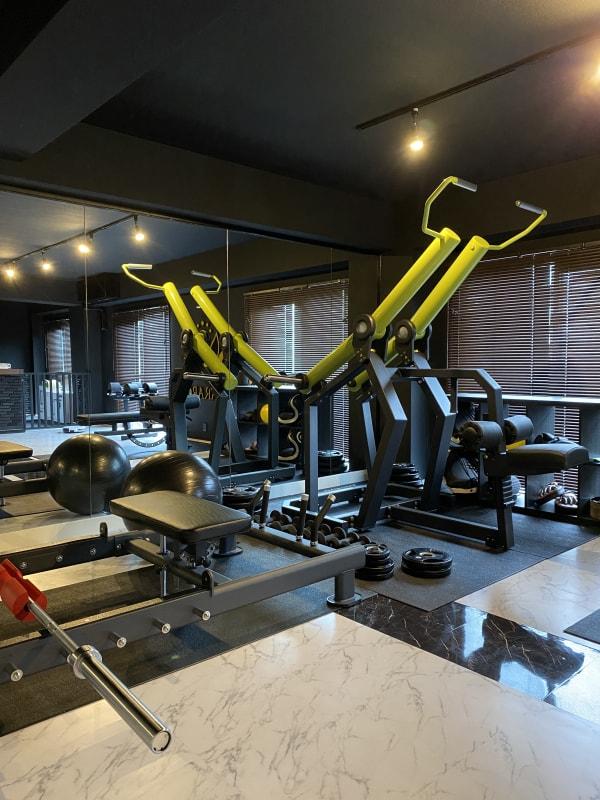 充実のトレーニング器具と広々スペース - レンタルスペース「KARARO」 レンタルスタジオの室内の写真