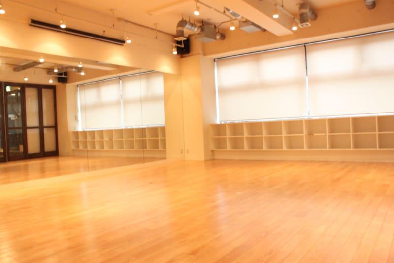 全体的に木材を使用した作りとなっています。床下には足腰への負担を軽減する為のシス - ダンススタジオANGELO★ レンタルスタジオの室内の写真