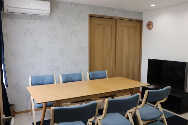 テーブル拡張時 180×80 椅子6脚 - レンタルスペース ムーミン 貸し会議室の室内の写真