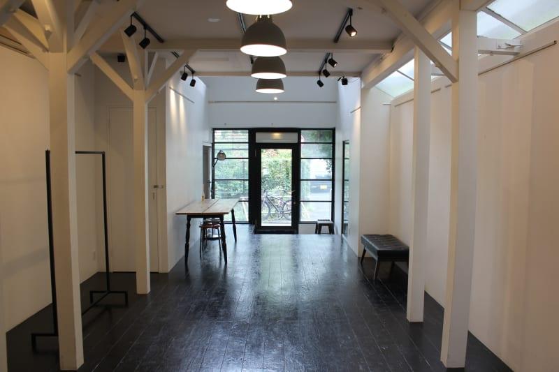 昼 / 照明 - SOCIAL TOKYO ギャラリー&エキシビジョンの室内の写真