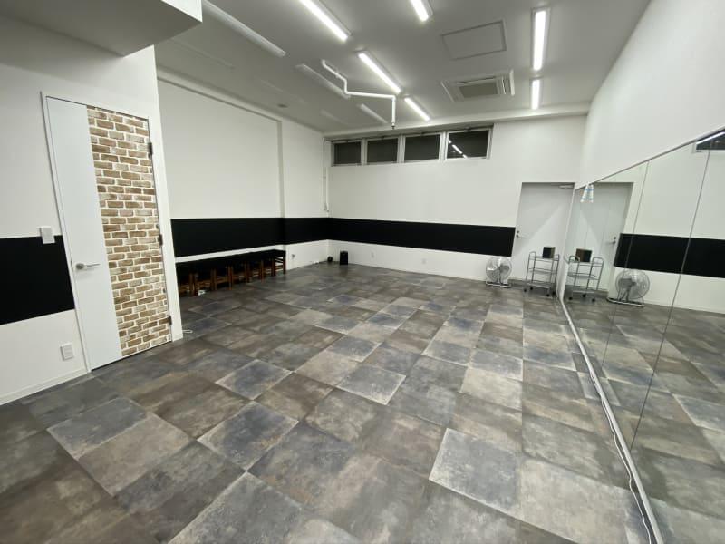 木目のドアは給湯室で更衣室として利用出来ます。 - ライオンズプラザ市が尾 HAPPY SMILE スタジオの室内の写真