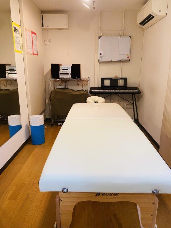 施術ベッド利用可。音楽スタジオの為、備え付けの音響機器で音楽の利用も可。 - RRR(音楽教室内レンタルサロン レンタルスタジオ・サロンの室内の写真