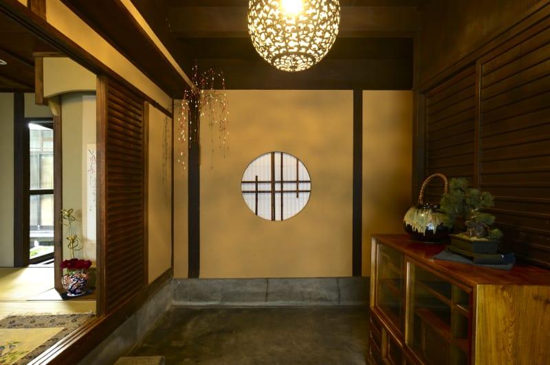 玄関にてお履き物を脱いでおあがりいただきます。 - Udatsuya (うだつや) うだつや本館の入口の写真