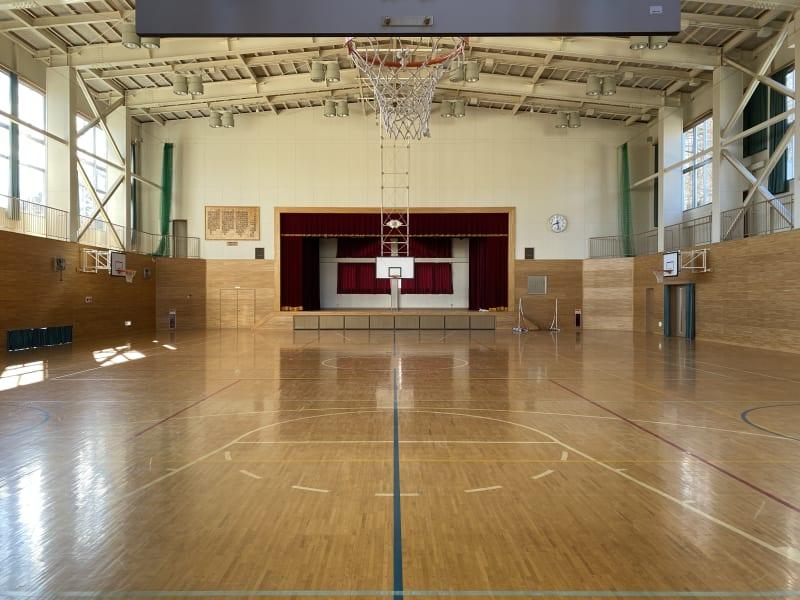 元小学校の体育館です(正面) - 八ヶ岳コモンズ 体育館の室内の写真