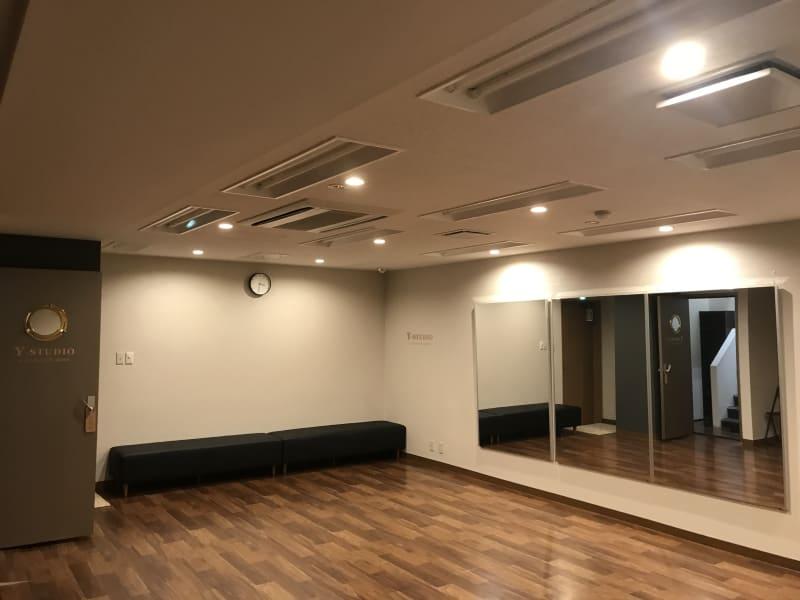 淡いライトにすることも可能です。ヨガなどにもぴったりの照明です。 - Y-STUDIO ダンス&ヨガスタジオの室内の写真