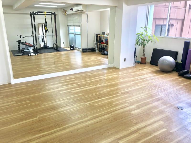 大きな鏡があります! ダンスなどの練習にもお使い頂けます。 - TRANSISTA トレーニングスペースの室内の写真