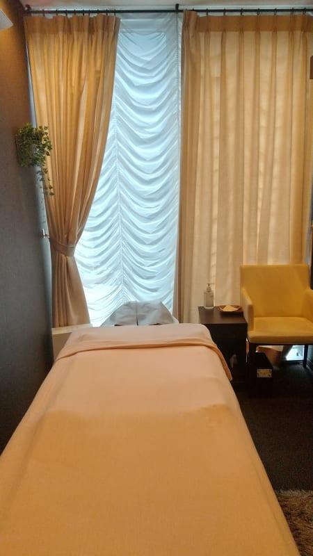 高級感のあるドレープのカーテン - 銀座リラクゼーションサロンルアン 女性限定の出入口カーテン個室!の室内の写真