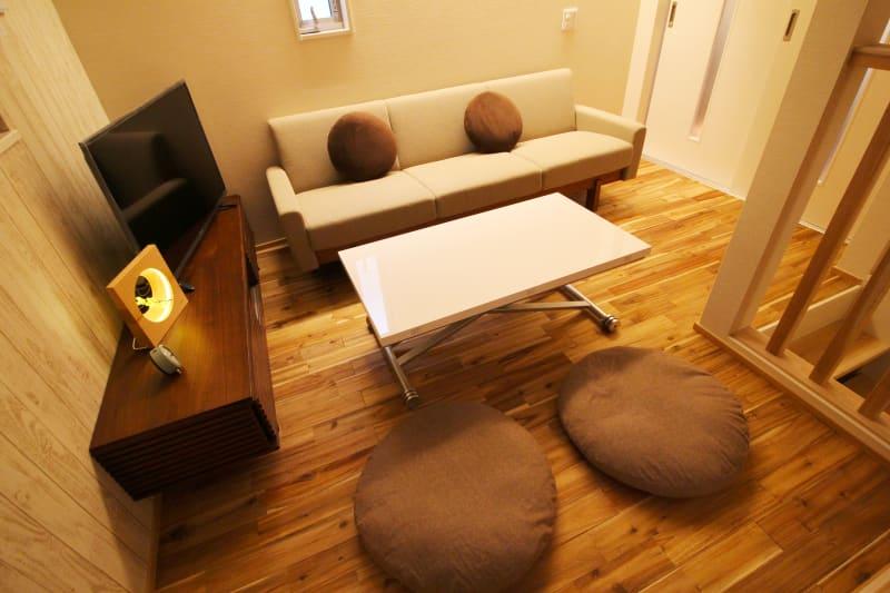 ダイニング(テーブルは高さと盤面の広さを調節可能。盤面は写真の2倍の広さに可) - CocoConne 福岡西新2 キッチン付完全貸切個室 はなれ2の室内の写真
