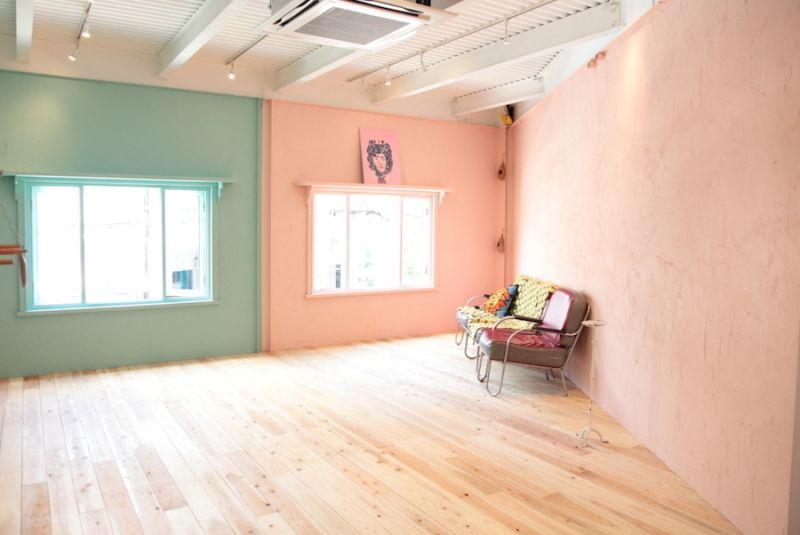 2Fパステルカラーの壁にフローリングの床 - 大阪ハウススタジオ COCO PALACE 2階スタジオ(撮影プラン)の室内の写真