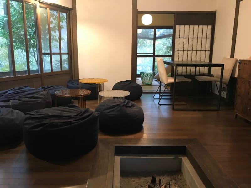 リラックス&集中した仕事、囲炉裏を囲んだ対話やオフサイトミーティングにおすすめ。 - ThinkSpace鎌倉 囲炉裏の間・畳の間の室内の写真