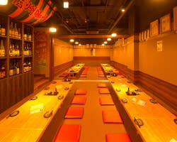 お座敷スペース    最大85席 - 信州炉端 串の蔵 新宿東口店 ・貸会議室・多目的スペースの室内の写真