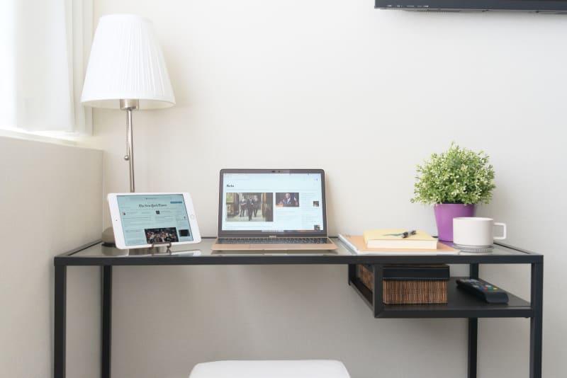 とても静かでキレイな個室。超高速WiFiで快適な作業空間。 - Feel Osaka Yu 【超高速WiFi】心斎橋仕事部屋の室内の写真