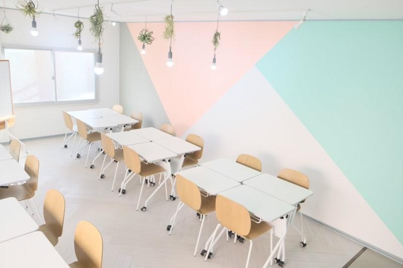 会議室らしくない、おしゃれで癒される学びの場が欲しい!という想いから作った空間です。自然光・LED照明(昼光色)の明るさで、撮影スペースとしても最適 - コトノハ梅小路 多目的スタジオ/貸し会議室の室内の写真