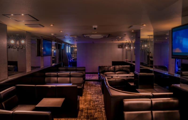 ボックス席6席 カウンター4席  合計38名着席可能です!  家具は全て黒色のレザーで統一しており、高級感を意識しております。 - Bar B-LUCK BERRY Bar,パーティ会場の室内の写真