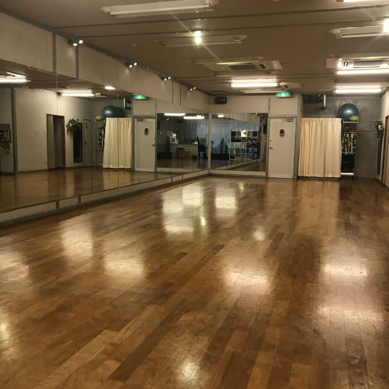 ソシアルダンスサロンムーンライト 総桜材張床、片面鏡張スタジオの室内の写真