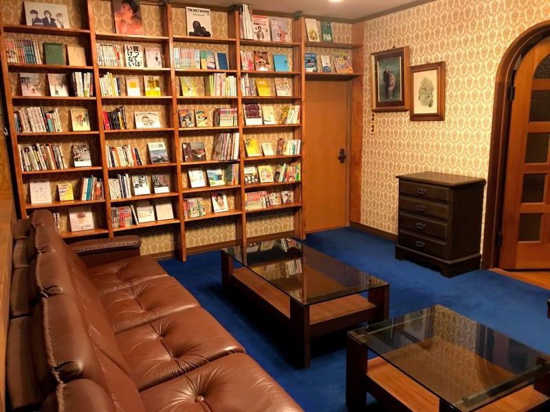 壁一面が本棚になったレトロな洋室です - 大宮台ひだまりと本の家 洋室の室内の写真