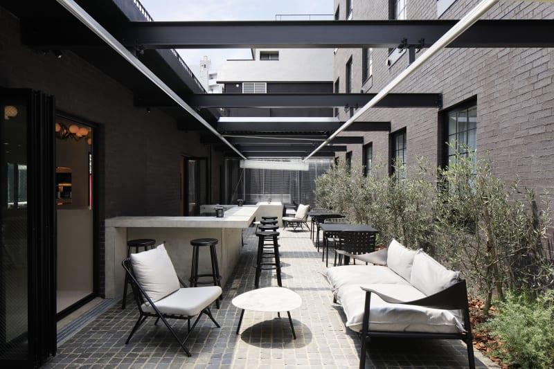 1階テラス席(屋根付き) - CEN cafe & bar オープンテラスの室内の写真