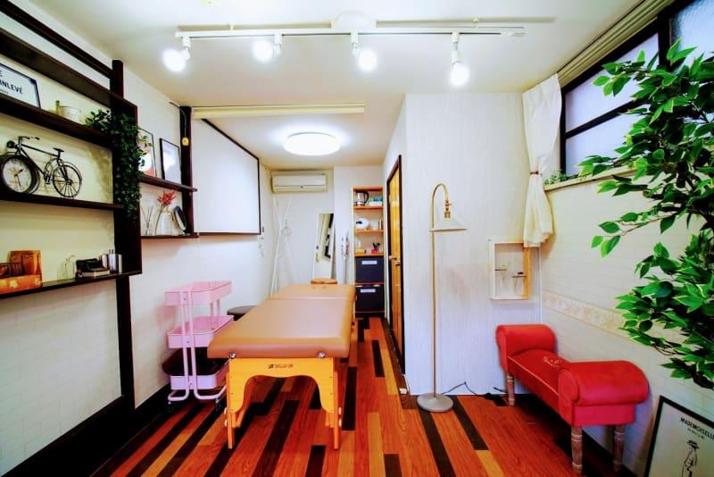 1~2名でのエステや整体など各種施術に最適なお部屋です - RUE大塚 フレンチ風プライベートサロンの室内の写真