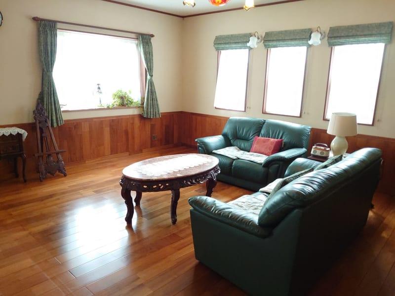 日当たり満点の広々リビングルーム。風通しが良く明るい部屋です - えんぎよしこいずみ 多目的レンタルスペースの室内の写真