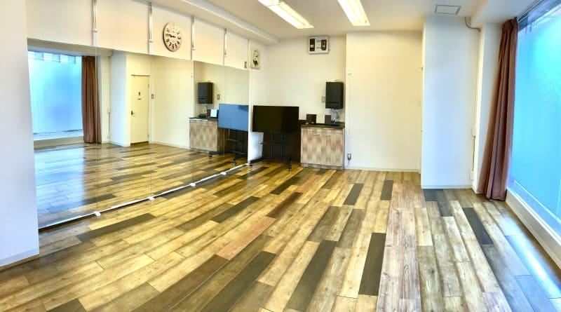 壁1面が鏡張り(80cm×5枚)4m - レンタルスタジオ リバティ西中島 新大阪から1駅/駅から一直線の室内の写真