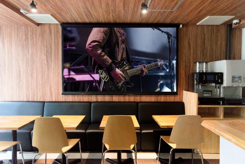 100インチスクリーンでライブ配信や映画鑑賞は大迫力。盛り上がること間違いなし。 - Feel Osaka Yu 豪華イベント・パーティースペースの室内の写真