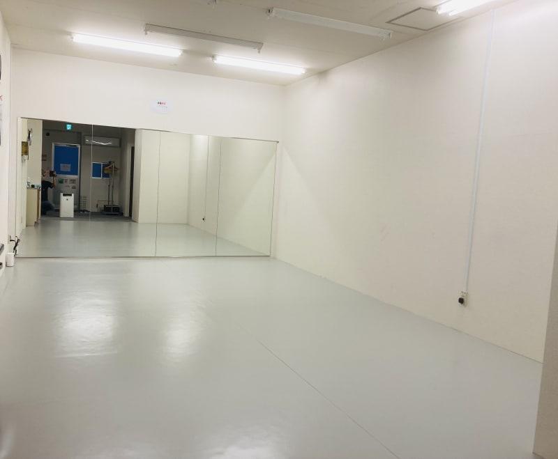 床のシートは、Pリュームという材質などはプロ用のバレエシートと同じものを使用 - Compartimos 1名利用限定プランの室内の写真