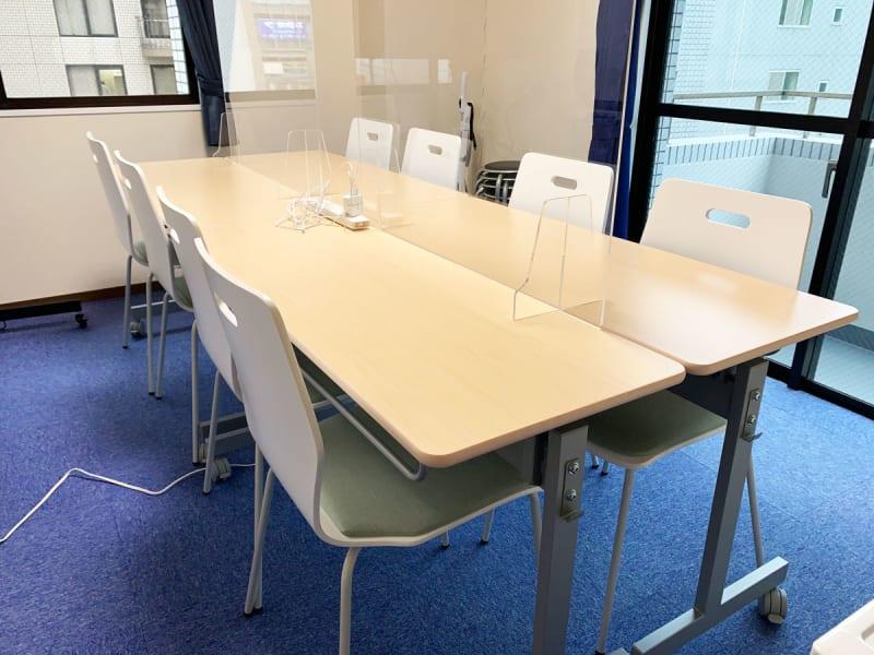 会議用途 8名が標準 丸椅子を4つ使って最大12名 - GS川崎貸会議室 テレワークや会議に最適な貸会議室の室内の写真
