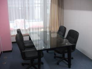 オフィスモトスミ ミーティングルームの室内の写真