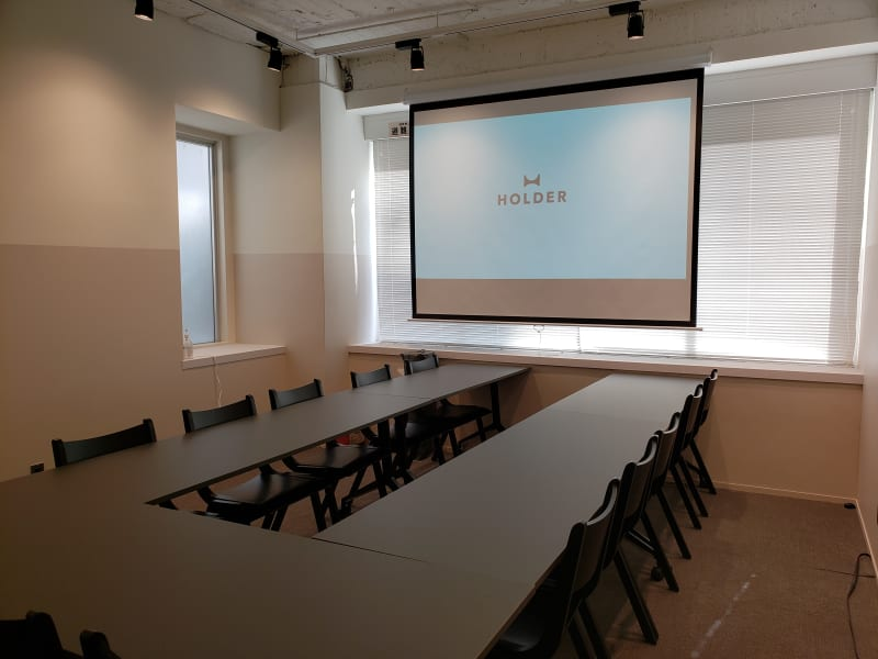 100インチのスクリーンを完備しています。HDMI接続で演台より投影可能です。 - HOLDER roppongi  13名会議室(コの字型)の室内の写真