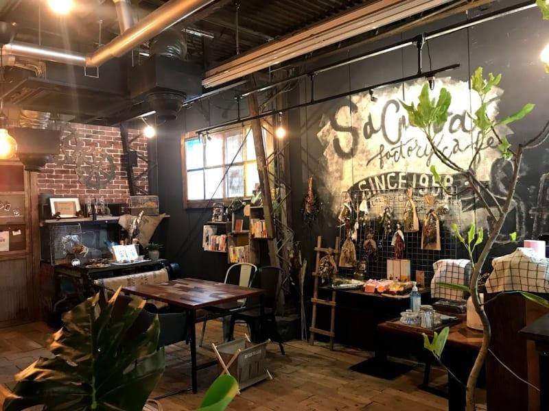 Cafe SaCueva ビンテージ風町工場カフェの室内の写真