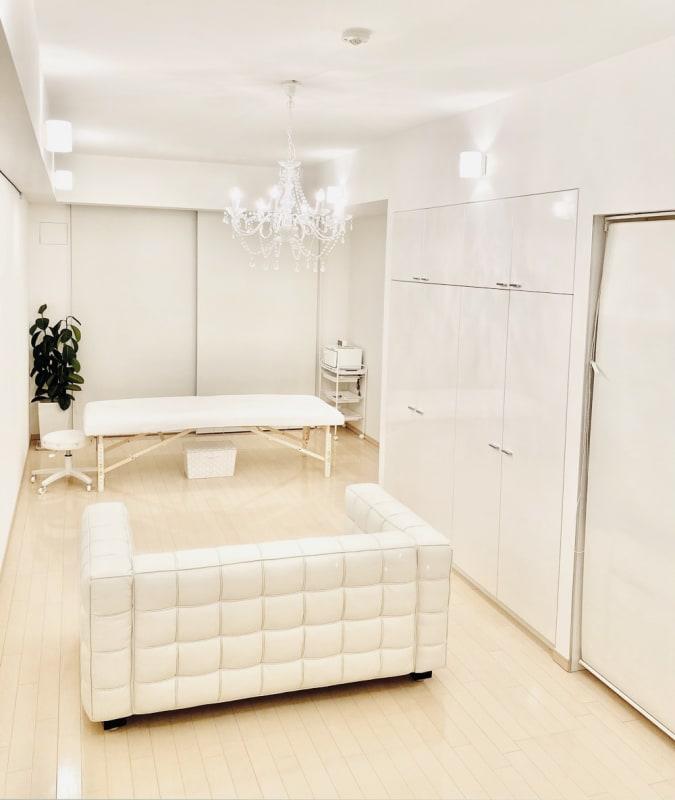 使い勝手の良い純白のお部屋です。自然光の取入れも可能な他、調色・調光が可能。 - レンタルサロンaMieu南青山 aMieu南青山/Vert(緑)の室内の写真