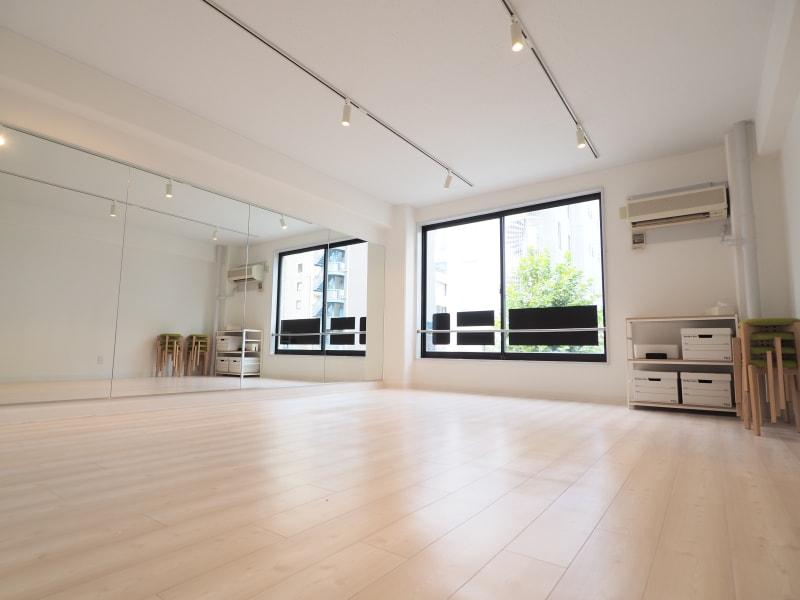 関内ダンススタジオ 撮影・ヨガ・ミーティングの室内の写真