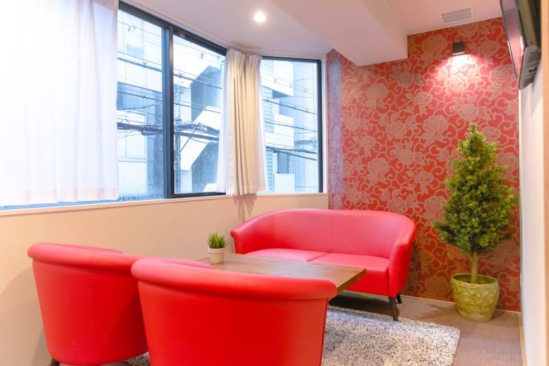 大きな窓で明るく開放感のある会議室・ワークスペースです。 - Feel Osaka Yu 【高速WiFi】大きな窓の会議室の室内の写真