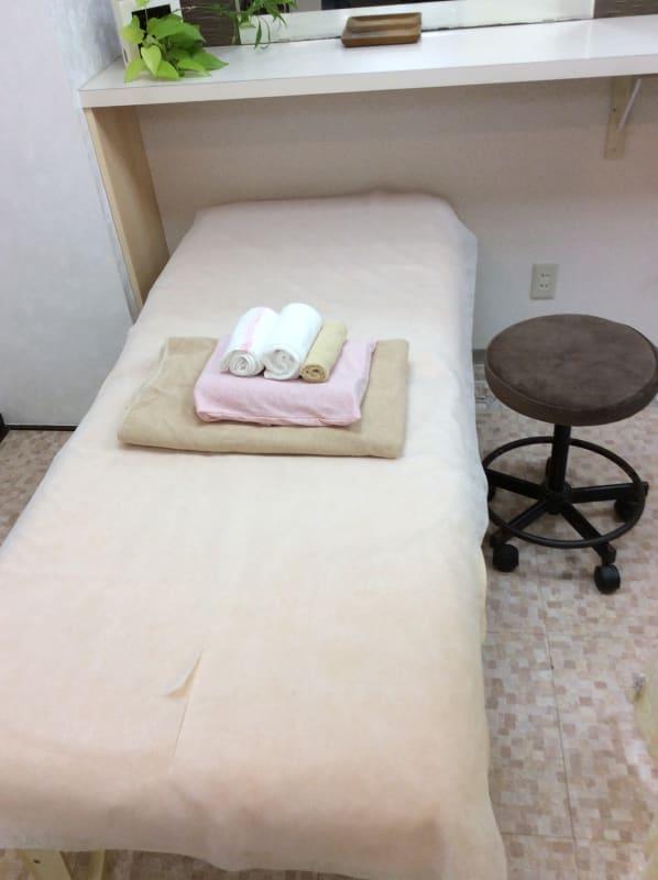 最高級の寝心地を施術中にお届けするフォンタナ製ベネチア30。 タオルケット、枕、顔面様蒸しタオル1本、頭様タオル1本、おしぼり1本と写真内に写っているもの無料セットです。 - 銀座駅3分.理美容サロンの面貸し ベネチア30最高級施術ベッドの室内の写真