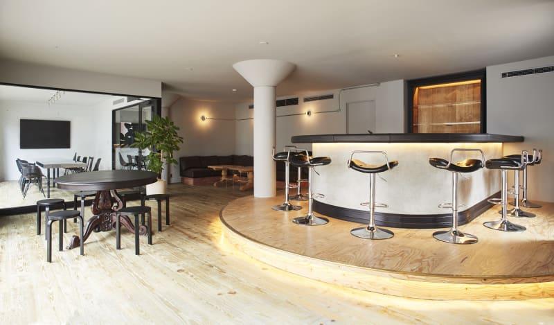 入口からラウンジの眺め - Rounge 3626 Barのあるデザイナーズラウンジの室内の写真