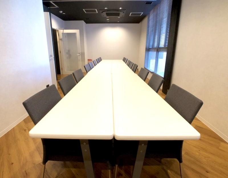 最大18名利用可能の会議室です。(1時間/2,200円) - 東邦オフィス福岡天神 東邦オフィス天神会議室⑪~⑱名の室内の写真