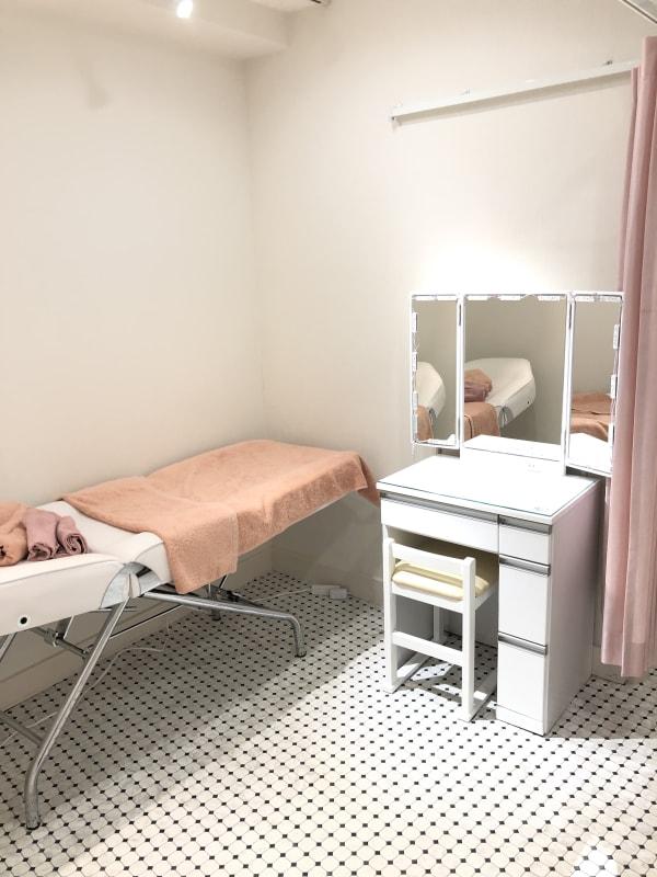 エステベッド1台 /鏡台1台/移動可能 - レンタルサロンokaghe 半個室型レンタルサロン/オカゲの室内の写真