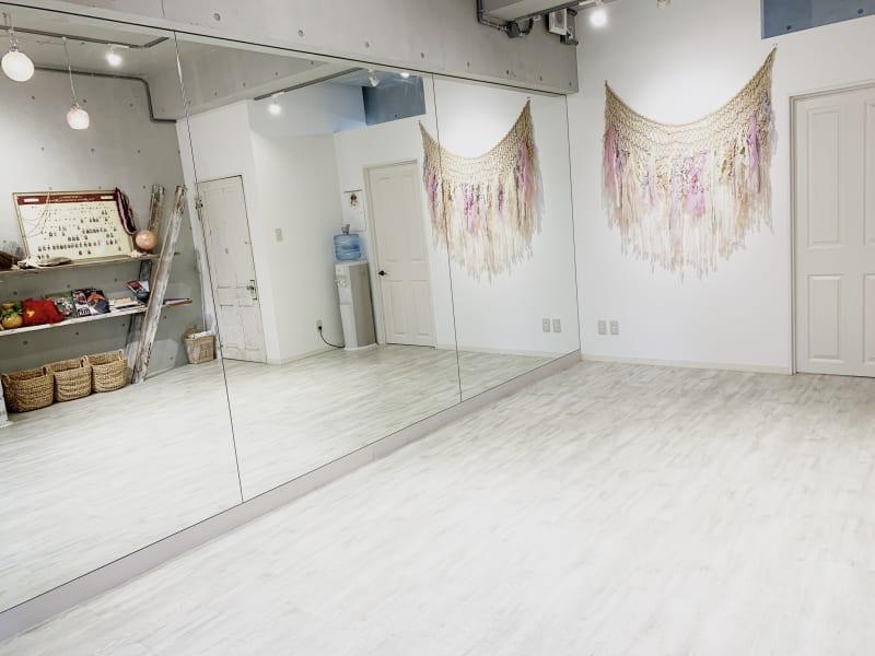 3枚の大きな鏡です! - レンタルスタジオ 多目的スペースの室内の写真