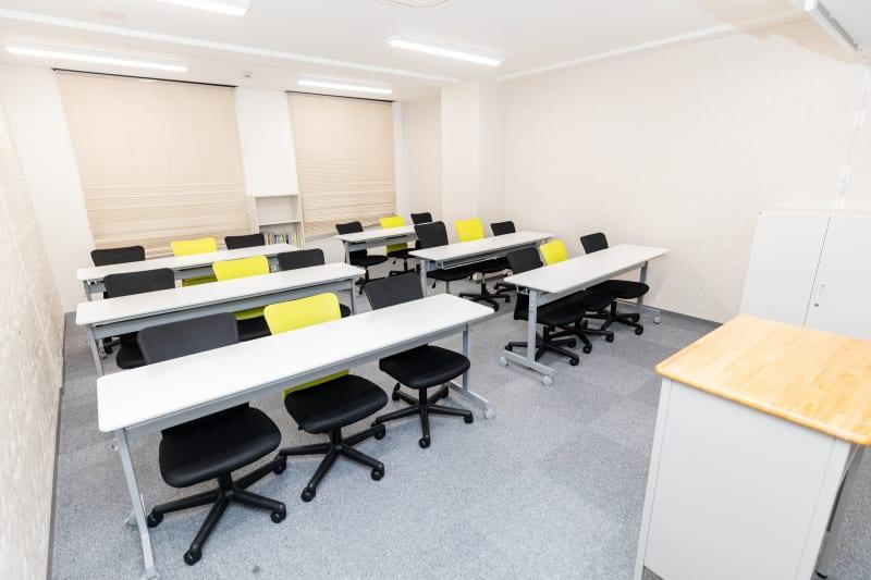 会議・セミナー用、中会議室の室内の写真
