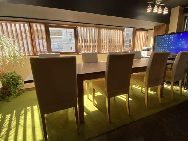 【会議室】最大8名ご利用可能 - さぼり場 テーブル(貸し会議室)の室内の写真