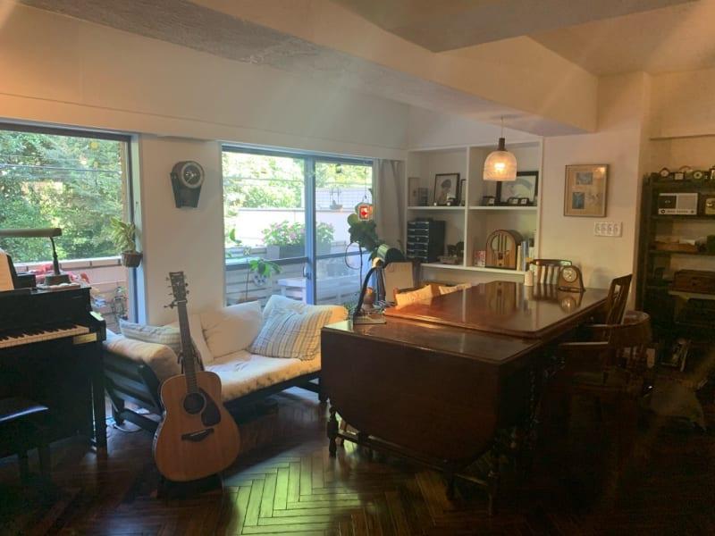 とにかくおしゃれでシックな部屋です。床はヘリボーンで、家具、照明、備品などはすべてアンティークです。窓は一面、新宿御苑の緑です - 千駄ヶ谷コートリー202号室 千駄ヶ谷のお洒落アパルトマンの室内の写真