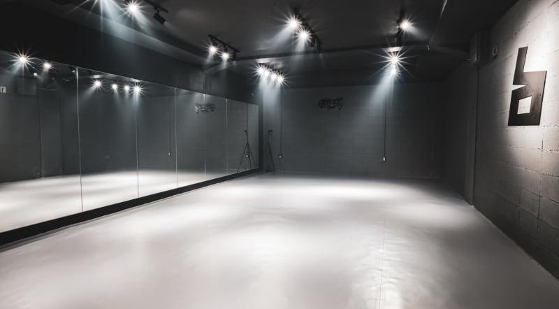 リノリウムの床です(きれい靴でお入りください) - BillionDance ダンススタジオの室内の写真