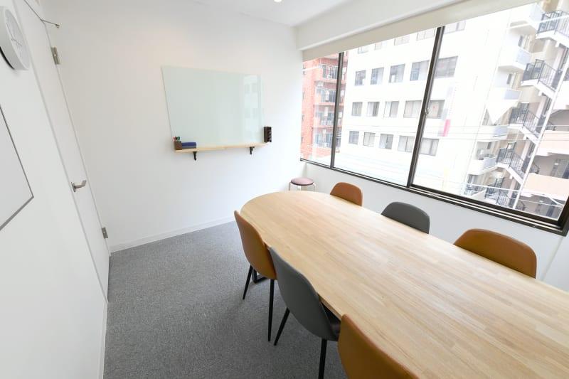 ワンコイングリッシュ三軒茶屋校 会議室、コワーキングスペースの室内の写真