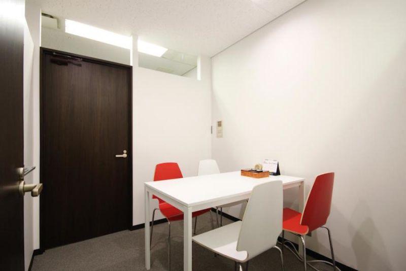 インスタント会議室 梅田「PLAY JOB」 半個室会議室B(4名用)の室内の写真